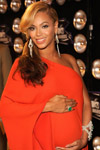 Beyonce looked radiant with her emerald green cocktail ring.