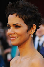 Halle Berry glammed it up on the red carpet at the 2011 Academy Awards!